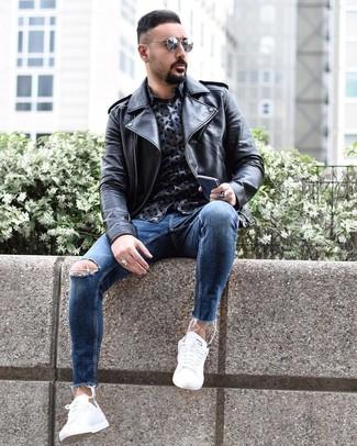Tenue: Veste motard en cuir noire, Chemise à manches longues imprimée bleu marine, Jean skinny déchiré bleu, Baskets basses blanches