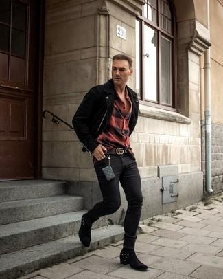 Comment porter: veste motard en daim noire, chemise à manches longues en flanelle à carreaux rouge et noir, jean skinny noir, bottes western en daim noires