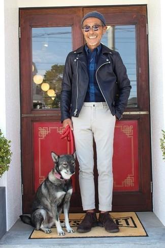 Comment porter: veste motard en cuir noire, chemise à manches longues en flanelle à carreaux bleu marine, pantalon chino blanc, bottines chukka en daim marron foncé
