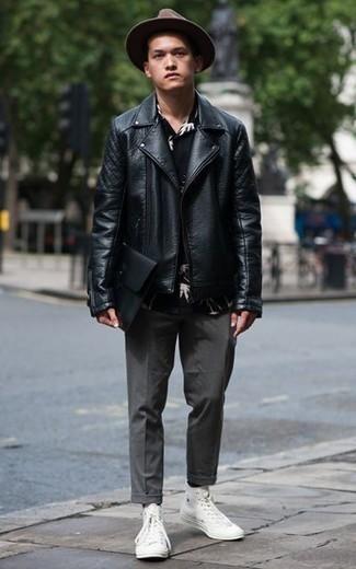 Comment porter des chaussettes noires: Pense à opter pour une veste motard en cuir noire et des chaussettes noires pour un look idéal le week-end. Jouez la carte classique pour les chaussures et opte pour une paire de des baskets montantes en toile blanches.