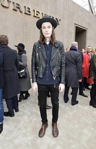 Comment porter un chapeau en laine gris foncé: Pense à marier une veste motard en cuir noire avec un chapeau en laine gris foncé pour un look idéal le week-end. Choisis une paire de des bottines chukka en cuir marron pour afficher ton expertise vestimentaire.