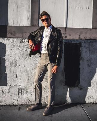 Comment porter: veste motard en cuir noire, chemise à manches longues en chambray blanche, pantalon de costume gris, chaussures richelieu en toile grises