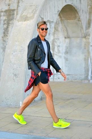 Comment porter: veste motard en cuir noire, chemise à manches longues en vichy rouge et bleu marine, t-shirt à col rond gris, short bleu marine