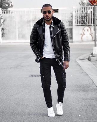 Comment porter: veste motard en cuir noire, chemise à manches longues écossaise noire et blanche, t-shirt à col rond blanc, pantalon cargo noir