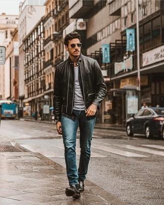 Comment porter une montre en cuir gris foncé: Pour une tenue aussi confortable que ton canapé, pense à porter une veste motard en cuir noire et une montre en cuir gris foncé. Transforme-toi en bête de mode et fais d'une paire de bottines chelsea en cuir noires ton choix de souliers.