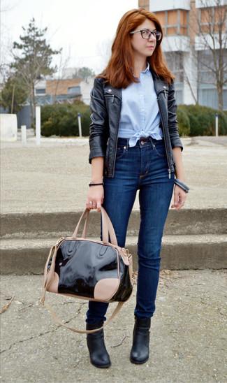 Comment porter: veste motard en cuir noire, chemise boutonnée à manches courtes bleu clair, jean skinny bleu marine, bottines en cuir noires