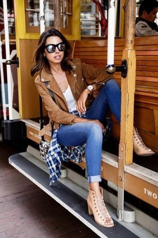 Comment porter: veste motard en daim marron, chemise de ville en vichy bleu marine et blanc, débardeur blanc, jean skinny bleu