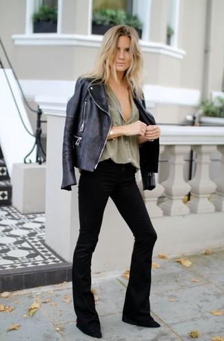 Comment porter: veste motard en cuir noire, chemise de ville olive, jean flare noir, escarpins en daim noirs