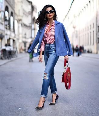 Comment porter: veste motard bleue, chemise de ville à rayures verticales blanc et rouge, jean déchiré bleu, escarpins en cuir à clous noirs