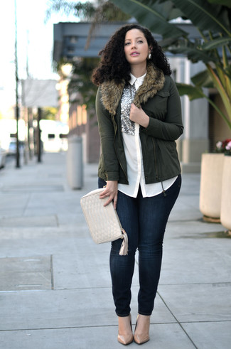 Comment porter: veste motard olive, chemise de ville en soie ornée blanche, jean skinny bleu marine, escarpins en cuir marron clair