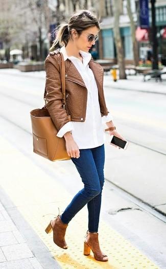 Comment porter: veste motard en cuir marron, chemise de ville blanche, jean skinny bleu marine, bottines en daim découpées marron
