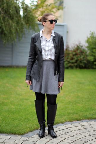 Comment porter: veste motard en cuir noire, chemise de ville à carreaux grise, jupe patineuse grise, cuissardes en cuir noires