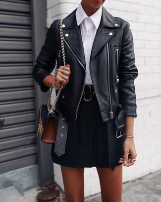 Comment porter: veste motard en cuir noire, chemise de ville blanche, jupe patineuse noire, sac bandoulière en cuir noir