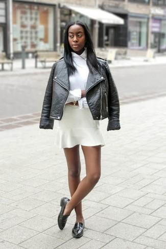 Comment porter: veste motard en cuir noire, chemise de ville blanche, jupe patineuse blanche, slippers en cuir noirs
