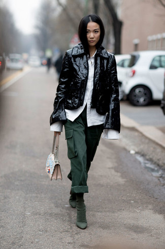 Comment porter: veste motard en cuir noire, chemise de ville blanche, pantalon cargo vert foncé, bottines en daim vert foncé