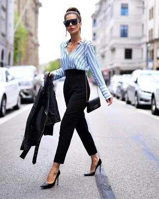 Comment porter: veste motard en cuir noire, chemise de ville à rayures verticales bleu clair, pantalon carotte noir, escarpins en cuir noirs
