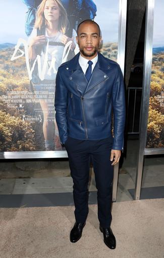 Comment porter: veste motard en cuir bleu marine, chemise de ville blanche, pantalon de costume noir, chaussures richelieu en cuir noires