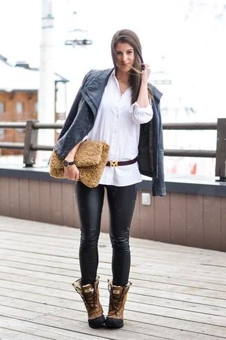 Comment porter: veste motard en cuir noire, chemise de ville blanche, pantalon slim en cuir noir, bottes d'hiver en cuir marron