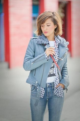 Comment porter: veste motard en cuir bleu clair, chemise de ville en vichy bleu marine et blanc, t-shirt à col rond imprimé blanc et noir, jean skinny bleu