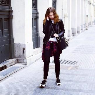 Comment porter: veste motard en cuir noire, chemise de ville écossaise bleu et rouge, t-shirt à col rond imprimé blanc et noir, jean skinny noir
