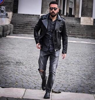 Comment porter: veste motard en cuir noire, chemise en jean gris foncé, jean déchiré gris foncé, bottines chelsea en cuir noires