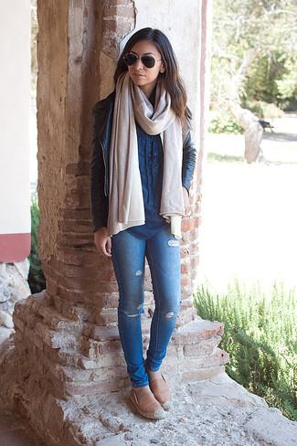 Comment porter: veste motard en cuir noire, chemise en jean bleue, jean skinny déchiré bleu, espadrilles en cuir marron clair