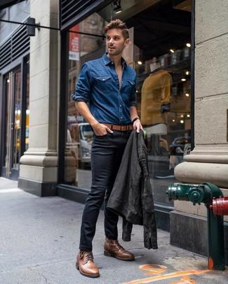 Comment porter: veste motard en daim gris foncé, chemise en jean bleue, jean skinny noir, bottes de loisirs en cuir marron