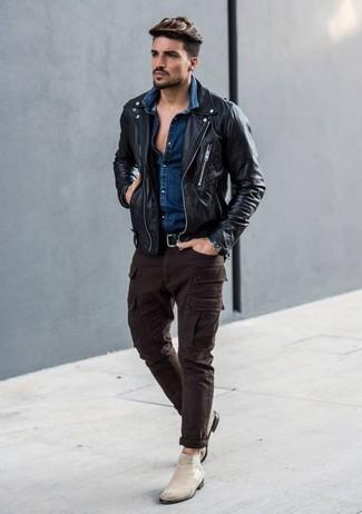Comment porter: veste motard en cuir noire, chemise en jean bleu marine, pantalon cargo marron foncé, bottines chelsea en daim beiges