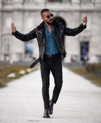 Comment porter: veste motard en cuir noire, chemise en jean bleue, pantalon chino noir, bottines chelsea en cuir noires
