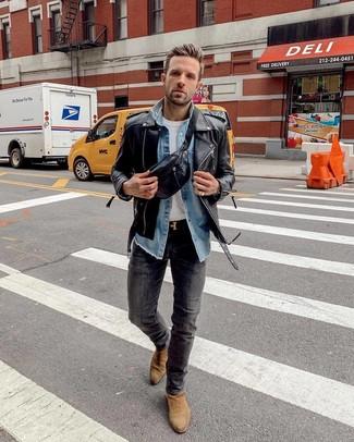 Comment porter: veste motard en cuir noire, chemise en jean bleue, t-shirt à col rond blanc, jean skinny gris foncé