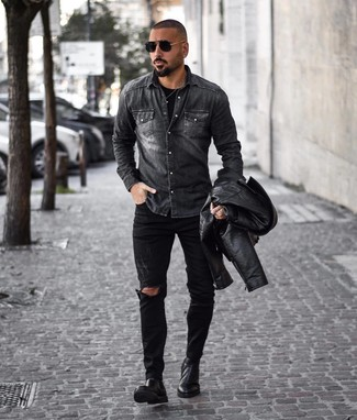 Comment porter: veste motard en cuir noire, chemise en jean gris foncé, t-shirt à col rond noir, jean déchiré noir
