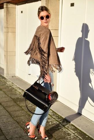 Comment porter: veste motard en daim à franges marron clair, chemisier à manches longues blanc, jean boyfriend déchiré bleu clair, escarpins en cuir imprimés serpent orange