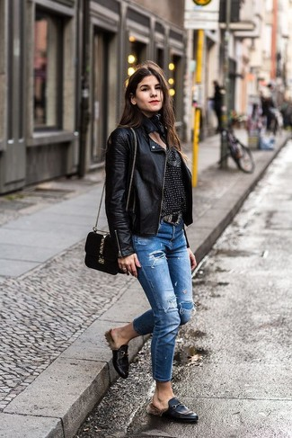 Comment porter: veste motard en cuir noire, chemisier à manches longues imprimé noir et blanc, jean déchiré bleu, slippers en cuir noirs