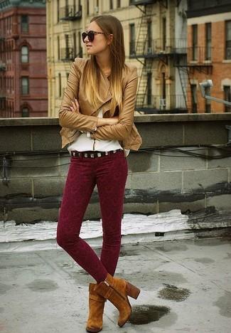 Comment porter: veste motard en cuir marron clair, chemisier à manches longues blanc, pantalon slim imprimé bordeaux, bottines en daim marron