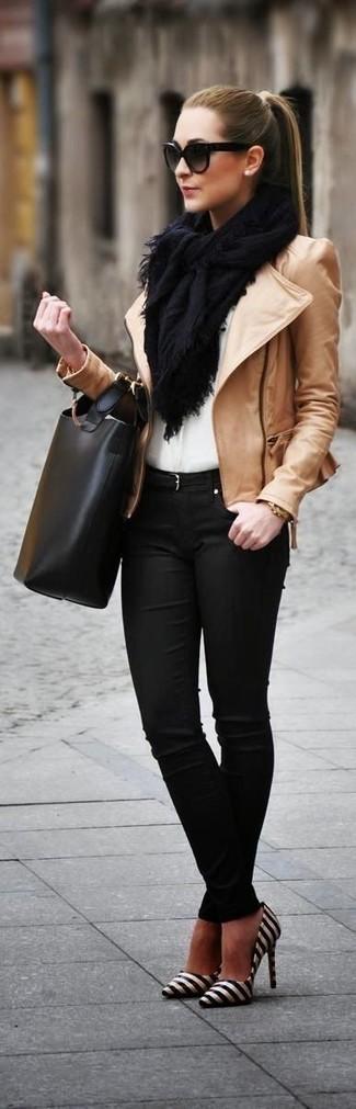 Comment porter: veste motard en cuir marron clair, chemisier boutonné blanc, jean skinny noir, escarpins en cuir à rayures horizontales noirs et blancs