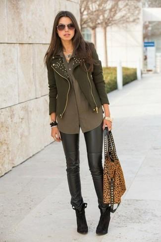 Garde une tenue relax avec une veste motard olive et des leggings en cuir noirs. Transforme-toi en bête de mode et fais d'une paire de des bottines en daim brunes foncées ton choix de souliers.