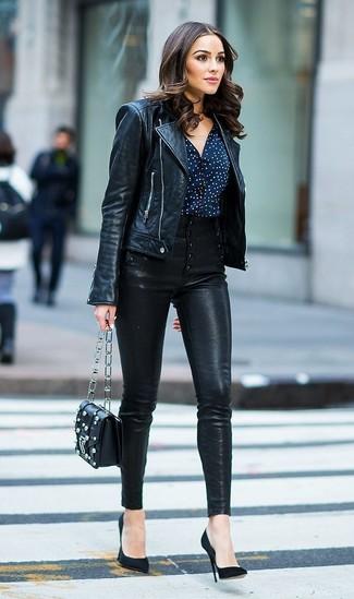 Comment porter: veste motard en cuir noire, chemisier boutonné á pois bleu marine et blanc, pantalon slim en cuir noir, escarpins en daim noirs