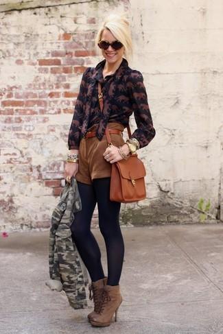 Comment porter: veste motard camouflage verte, chemisier boutonné imprimé noir, short en daim marron, bottines à lacets en cuir marron