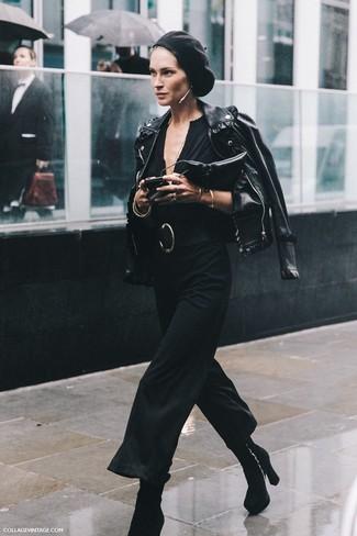 Associer une veste motard en cuir noire avec une combinaison pantalon noire est une option confortable pour faire des courses en ville. Apportez une touche d'élégance à votre tenue avec une paire de des bottines en daim noires.