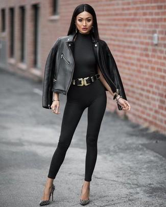 Les journées chargées nécessitent une tenue simple mais stylée, comme une veste motard en cuir noire et une combinaison pantalon noire Stella McCartney. Une paire de des escarpins en cuir à clous noirs rendra élégant même le plus décontracté des looks.