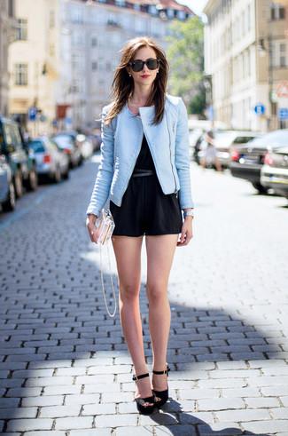 Comment porter: veste motard en cuir bleu clair, combishort noir, sandales à talons en daim noires, pochette transparente