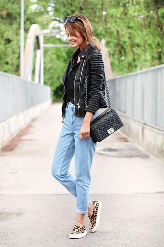 Comment porter: veste motard en cuir noire, débardeur en crochet noir, jean boyfriend bleu clair, baskets basses en daim imprimées léopard marron clair