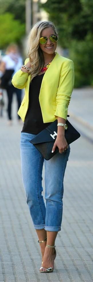 Comment porter: veste motard jaune, débardeur noir, jean skinny bleu, sandales à talons en cuir dorées