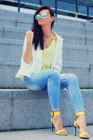Comment porter: veste motard blanche, débardeur jaune, jean skinny déchiré bleu clair, sandales à talons en cuir jaunes