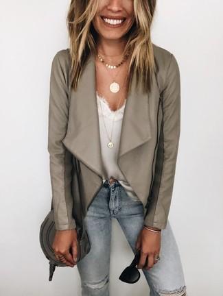 Comment porter: veste motard en cuir grise, débardeur en dentelle blanc, jean skinny déchiré bleu clair, sac bandoulière en cuir gris foncé