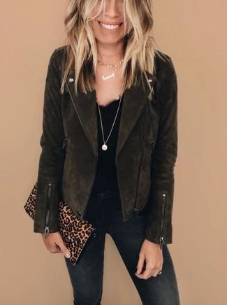 Comment porter: veste motard en daim marron foncé, débardeur en dentelle noir, jean skinny noir, pochette en daim imprimée léopard marron clair