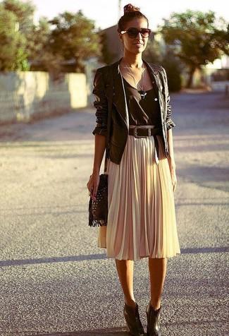 Tenue  Veste motard en cuir noire, Débardeur noir, Jupe mi-longue plissée  beige, Bottines compensées en cuir marron foncé   Mode femmes 3e676b8df4db