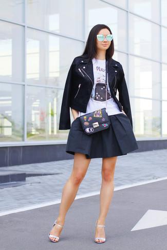 Comment porter: veste motard en cuir noire, débardeur imprimé blanc, jupe patineuse noire, sandales à talons en cuir argentées