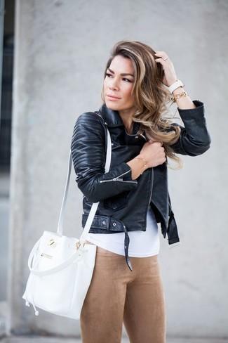 Comment porter: veste motard en cuir noire, débardeur blanc, leggings en daim marron clair, sac bourse en cuir blanc