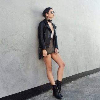 Comment porter: veste motard en cuir noire, débardeur blanc, minijupe gris foncé, bottines en cuir noires